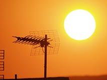 Antena en la puesta del sol imagenes de archivo