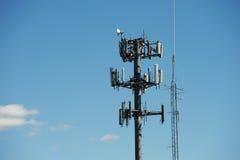 Antena en torres de comunicación Imágenes de archivo libres de regalías