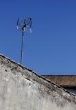 Antena en un tejado de una casa solitaria vieja Foto de archivo libre de regalías