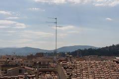 Antena en un tejado del tild de un edificio Foto de archivo