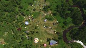 Antena: estacionamento dos povos e do carro no acampamento no festival musical da ioga da arte vídeos de arquivo