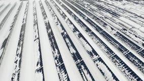 ANTENA: Fotovoltaico en el invierno cubierto con nieve Los paneles solares entre las derivas de la nieve, cubiertas con nieve alt almacen de video