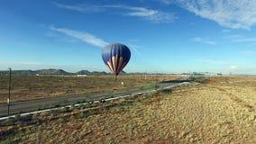 Antena hacia el lanzamiento del globo del aire caliente almacen de video