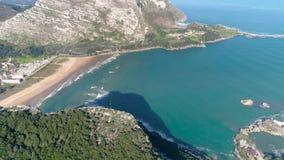 Antena hermosa vasca 4k de la bahía española almacen de metraje de vídeo