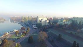 Antena: hierba escarchada fría de la ciudad de la mañana al aire libre almacen de video