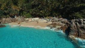 Antena: Hojee la playa blanca hermosa de la arena almacen de video
