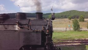 Antena impressionante da órbita 4k de transportes e de locomotiva do trem do motor de vapor vídeos de arquivo