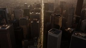 Antena incrível do zangão na construção alta enorme do arranha-céus no distrito do centro da arquitetura urbana moderna de San Fr filme