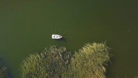 antena 4k de los pescadores que pescan en un lago metrajes