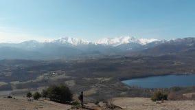 Antena: kobieta wycieczkuje na górach, backpacker chodzi outdoors panoramicznego widok, inspirujący podróż i wolność, trutnia lot zdjęcie wideo