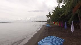 Antena, Kolorowe sztandar flaga i Parasolowy Parasol, wykładamy na tropikalnej pustej piaskowatej plaży zbiory