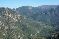 Antena krajobrazowi dolinni Pyrenees Orientales Francja fotografia stock