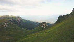 Antena krajobrazowi turyści wycieczkuje na zielonej górze podczas gdy lato podróż zbiory wideo