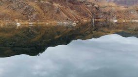 Antena krajobrazowy widok halny jezioro otaczający epickimi falezami na chmurnym dniu Skalista brzegowa świeża woda zbiory