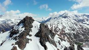 Antena: latać blisko do wysoka góra szczytu wyjawia snowcapped pasmo górskie, Mont Cenis, Francja Włochy granica zdjęcie wideo