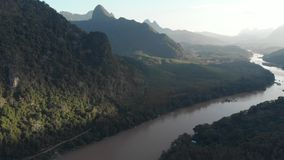 Antena: latający nad Nam Ou Rzeczny Nong Khiaw Muang Ngoi Laos, sceniczny dolinny tropikalny las deszczowy góry krajobraz, sławny zbiory