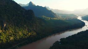 Antena: latający nad Nam Ou Rzeczny Nong Khiaw Muang Ngoi Laos, sceniczny dolinny tropikalny las deszczowy góry krajobraz, sławny zdjęcie wideo