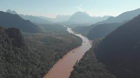 Antena: latający nad Nam Ou Rzeczny Nong Khiaw Muang Ngoi Laos, sceniczny dolinny tropikalny las deszczowy góry krajobraz, sławny zbiory wideo