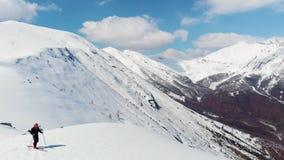 Antena: latający nad wycieczkowicza odprowadzeniem w kierunku śnieżnego góra wierzchołka, narciarskiego krajoznawczego mountainee zbiory