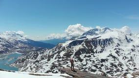 Antena: latający nad wycieczkowiczem na śnieżnym góra wierzchołku, narciarskiego krajoznawczego mountaineering śnieżna góra, pano zdjęcie wideo
