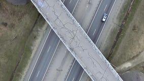 Antena lenta de caminos, de edificios, de tejados y de puentes grises con asfalto agrietado almacen de video