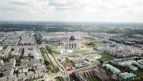 Antena: Lot nad katedrą 1 lotu ptaka s Wąskie małe ulicy i nowożytni budynki Drogowy ruch drogowy zbiory wideo