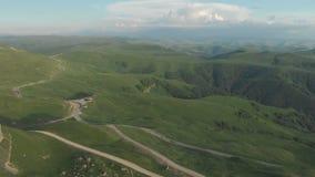 ANTENA: Lot nad wysoką rockową falezą, wyjawia widok przepustka w Russia w północnym Kaukaz antena zdjęcie wideo