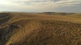 ANTENA: Lot nad wysoką rockową falezą, wyjawia widok przepustka w Russia w północnym Kaukaz antena zbiory