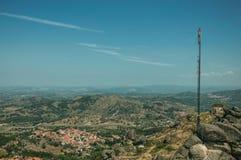 Antena na szczycie zakrywającym skałami i krzakami w Monsanto fotografia royalty free