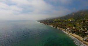 Antena nevoenta do dia do litoral 24fps 4k de Malibu filme