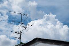 Antena no telhado com céu azul Imagem de Stock