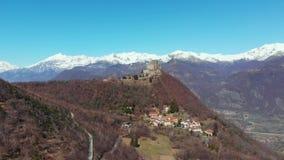Antena: o zangão que voa sobre a floresta revela montanhas e Sacro tampados neve di San Michele Saint Michel Abbey na parte super video estoque