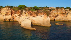 Antena od naturalnych skał przy Praia tres Irmaos w Alvor Portugalia zbiory