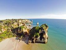 Antena od skał i ocean przy Praia tres Irmaos portem Zdjęcia Stock