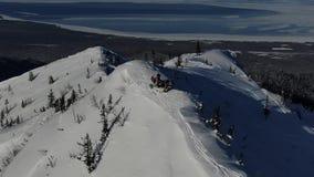 Antena od truteń drużyny freeriders przygotowywa w śnieżnych górach ciężkich w linii zbiory