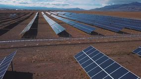 Antena: Paisaje del campo con las plantas de energía solar Altai, Kosh-Agach Cerca de la frontera de Mongolia almacen de metraje de vídeo