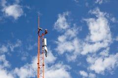 Antena para comunicações do telefone no céu brilhante Imagem de Stock