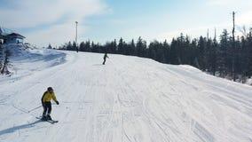 Antena para a inclina??o nevado com um esqui do grupo de pessoas e uma snowboarding em um dia ensolarado, conceito perigoso do es imagens de stock royalty free