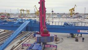 Antena para la zona portuaria industrial con maquinaria especial clip Warehouse con las grúas de elevación, cajas del envase y almacen de video