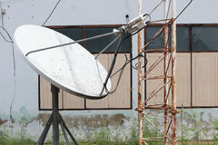 Antena parabólica abandonada Imagen de archivo