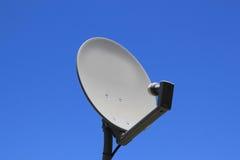 Antena parabólica aislada Imágenes de archivo libres de regalías