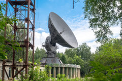 Antena parabólica blanca en un cielo azul Fotos de archivo