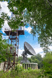 Antena parabólica blanca en un cielo azul Fotografía de archivo libre de regalías