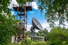 Antena parabólica blanca en un cielo azul Fotos de archivo libres de regalías