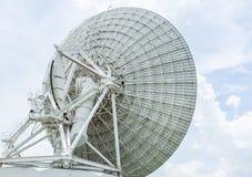 Antena parabólica branca grande da opinião de verso na estação do centro de comunicações fotografia de stock