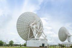 Antena parabólica branca grande da opinião de verso na estação do centro de comunicações foto de stock royalty free