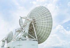 Antena parabólica branca grande da opinião de verso na estação do centro de comunicações imagem de stock royalty free