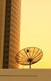 Antena parabólica com construção moderna imagem de stock
