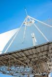 Antena parabólica con el fondo del cielo azul Foto de archivo libre de regalías
