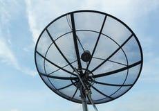 Antena parabólica con el fondo del cielo azul Imagen de archivo libre de regalías